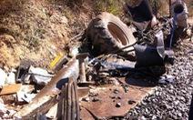 Tàu lửa tông nát đầu xe máy cày chở khoai mì