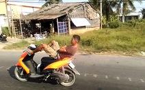 Video clip thanh niên lái xe máy bằng chân trên Quốc lộ 1