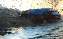 Xe rơi xuống sông, bé gái thoát chết kỳ diệu