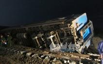 Tàu lửa đâm xe tải, ba toa văng khỏi đường ray