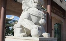 Thay linh vật ngoại lai tại khu tưởng niệm Bùi Hữu Nghĩa