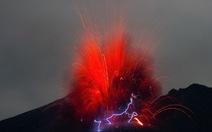 Chụp được ảnh núi lửa phun trào, phát ra tia sét tại Nhật