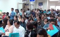 Nghe đồn tăng phí, hàng ngàn người xếp hàng làm hộ chiếu