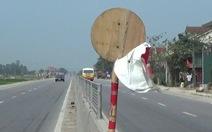 Dân dựng biển báo giao thông bằng… tre, gỗ trên quốc lộ