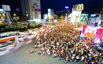 10.000 lượt người chen nhau nhận thức ăn, đồ chơi miễn phí