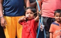 Bé gái 2 tuổi phá kỷ lục bắn cung
