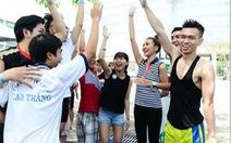 Bạn trẻ Sài thành hào hứng trượt nước trên phố