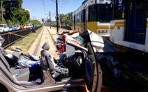 Tàu điện và ôtô đâm nhau tại Los Angeles