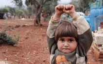 Tưởng ống kính là súng, cô bé 4 tuổi giơ tay đầu hàng