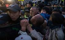 Người nhà nạn nhân phà Sewol đụng độ với cảnh sát