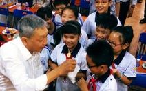 Nhà văn Lê Văn Nghĩa về lại trường xưa tặng sách
