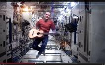 Phát hành album đầu tiên thu âm trên trạm không gian vũ trụ