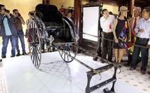 Nhiều người đến xem xe kéocủa vua Thành Thái
