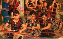 Bà con Tà Ôi mang cả khung dệt zèng lên sân khấu Huế