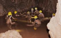 Du khách nước ngoài thích thú với tắm bùn ở hang Tối