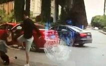 """Bị cúp đầu xe, """"quý ông"""" Trung Quốc đánh gãy xương nữ tài xế"""