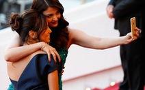 """Các sao phá luật, chụp hình """"tự sướng"""" tại LHP Cannes"""