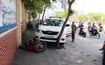 Taxi tông 3 xe máy, tài xế chết, hai người bị thương