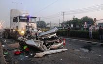 Xe container tông nát ôtô, 5 người thân tử nạn