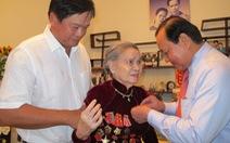 Phu nhân cố tổng bí thư Lê Duẩn nhận huy hiệu 70 năm tuổi Đảng