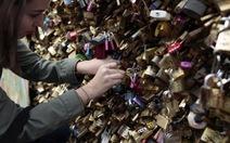 Paris gỡ bỏ toàn bộ ổ khóa tình yêu trên cầu đi bộ
