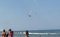 Video máy bay biểu diễn đâm nhau, rớt xuống biển