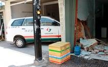 Taxi húc bay cửa cuốn, tông sập tường nhà dân