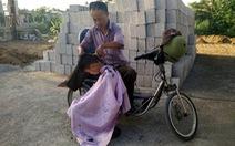 Người thợ cắt tóc khuyết tật nuôi con ăn học