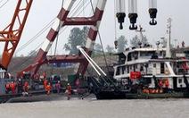 Trung Quốc lật ngược tàu chở 458 người bị chìm