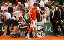 """Mưa làm gián đoạn trận """"đại chiến"""" Djokovic - Murray"""