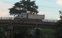 Đóng lại rào chắn ở cầu Sông Buông