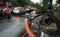 Mưa gió cấp 9 ở Hà Nội:2 người chết, hàng trăm ôtô, xe máy hư hại