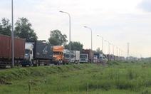 Kẹt xe hơn 10km đường vào cảng Cát Lái