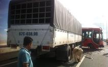 Xe khách tuột dốc cầu Long Thành, 13 người bị thương