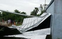 Mưa gió làm tốc mái 13 căn nhà, 3 người bị thương