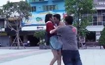 """""""Cưỡng hôn"""" giữa phố, biến tướng Kiss cam"""
