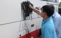 Xe đưa khách du lịch Quảng Bình bị ném sơn đe dọa