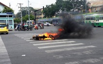 Xe máy bốc cháy ngùn ngụt khi đang chạy