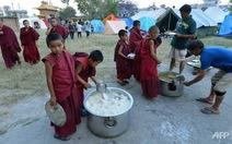 """Gạo và đậu cứu trợ Nepal """"không thích hợp cho người"""""""