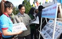 Bán báo góp tiền xây cầu