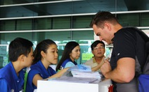 Màu áo xanh tình nguyện tại sân bay