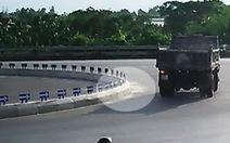 Ghi được hình ôtô nghi rải hoá chất phá hoại quốc lộ 1