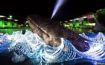 Độc đáo tác phẩm điêu khắc cá voi từ 7.000 chai nhựa