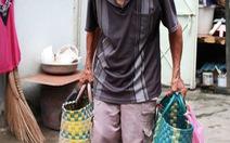 Ông lão bán bánh dạo trong mưa