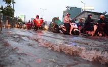 """Chỉ một cơn mưa đường phố Sài Gòn ngập sâu tạo... """"sóng""""!"""