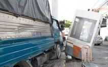 Xe tải tông văng cabin trạm thu phí trên quốc lộ 1K