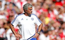 HLV Jose Mourinho quăng huy chương Community Shield