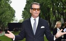 """Điệp viên 007""Pierce Brosnan mang theo dao lên máy bay"