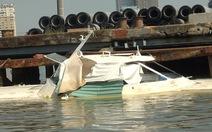"""Đã """"trói"""" xác tàu cao tốc trôi nổi trên sông Sài Gòn"""