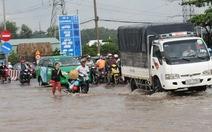 Mưa lớn, quốc lộ 13 qua tỉnh Bình Dương lại ngập sâu